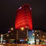Plac Unii rozbłysnął na czerwono w geście solidarności z chorymi na nowotwór